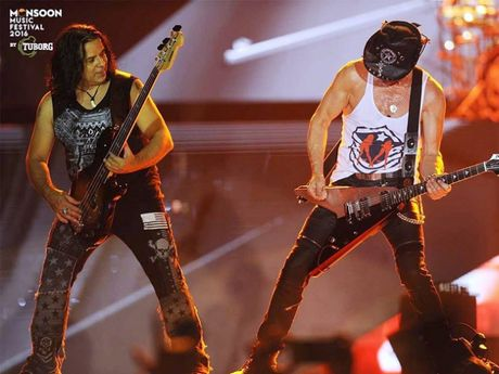 Huyen thoai Scorpions 'dot chay' san khau Monsoon 2016 cung hang van khan gia - Anh 2