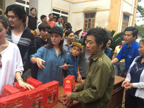 Ho Van Cuong theo chan Phi Nhung di trao qua tu thien - Anh 1