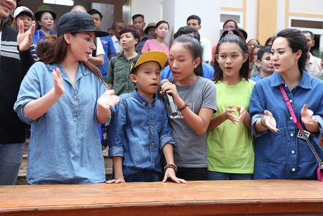Ho Van Cuong theo chan Phi Nhung di trao qua tu thien - Anh 2