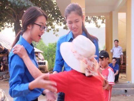 Hoa hau My Linh, a hau Thanh Tu huong ve mien Trung - Anh 1