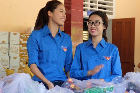 Hoa hau My Linh, a hau Thanh Tu huong ve mien Trung - Anh 3