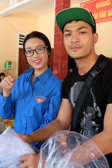 Hoa hau My Linh, a hau Thanh Tu huong ve mien Trung - Anh 4