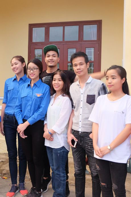 Hoa hau My Linh, a hau Thanh Tu huong ve mien Trung - Anh 7