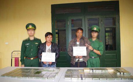 Bat hai nguoi Lao van chuyen 69 banh heroin - Anh 1