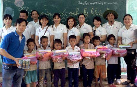 Tang qua cho tro ngheo o Quang Ngai - Anh 1