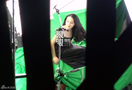 Angelababy gay tranh cai khi quay quang cao cung co dong the - Anh 2