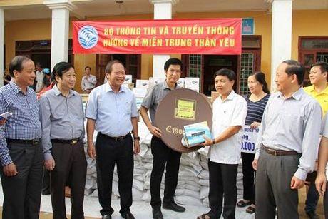MobiFone ung ho 3,5 ty dong an sinh xa hoi vung lu - Anh 2