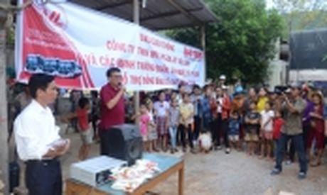 Hang cuu tro cua ban doc Bao Giao thong den vung ron lu - Anh 2