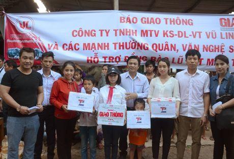 Hang cuu tro cua ban doc Bao Giao thong den vung ron lu - Anh 3