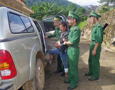 Bat giu 2 doi tuong van chuyen trai phep 69 banh heroin - Anh 1