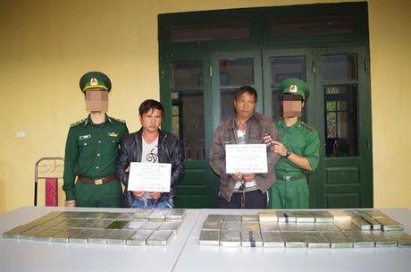 Bat giu 2 doi tuong van chuyen trai phep 69 banh heroin - Anh 2