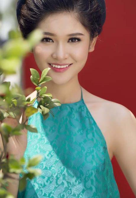A hau Thuy Dung khoe vai thon voi yem lua xanh ngoc - Anh 3