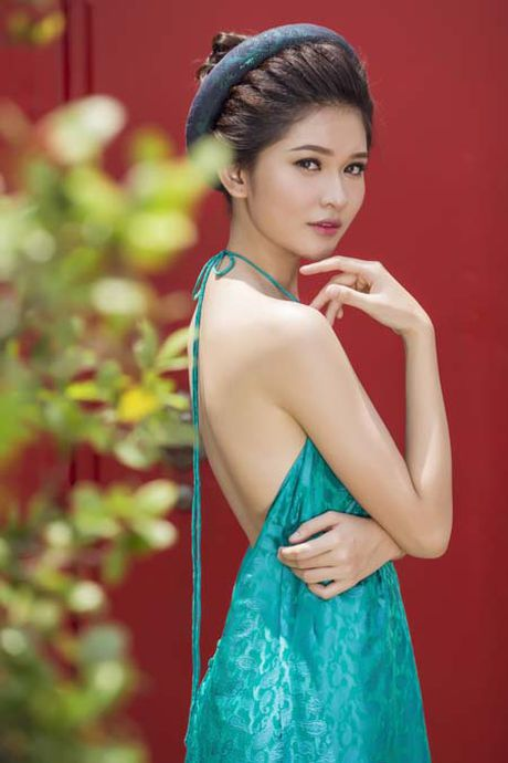 A hau Thuy Dung khoe vai thon voi yem lua xanh ngoc - Anh 4
