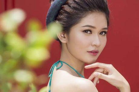 A hau Thuy Dung khoe vai thon voi yem lua xanh ngoc - Anh 5
