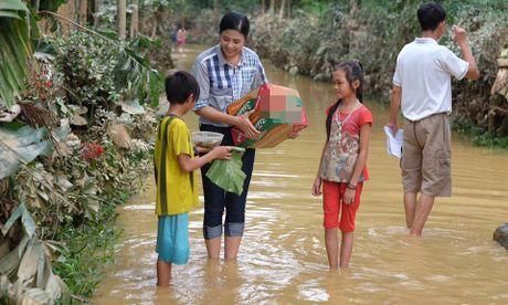 MC Phan Anh len tieng vu thon thu tien cuu tro cua dan roi chia lai - Anh 3