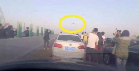Canh nao loan khi UFO xuat hien tren duong cao toc o Trung Quoc - Anh 4