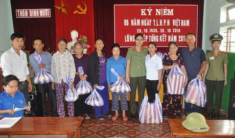 Bao Cong an TP Da Nang tiep tuc hanh trinh cung nguoi dan vung lu (2) - Anh 11