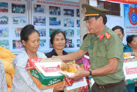 Bao Cong an TP Da Nang tiep tuc hanh trinh cung nguoi dan vung lu (2) - Anh 1