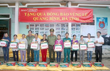 Bao Cong an TP Da Nang tiep tuc hanh trinh cung nguoi dan vung lu (2) - Anh 2