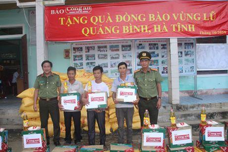 Bao Cong an TP Da Nang tiep tuc hanh trinh cung nguoi dan vung lu (2) - Anh 3