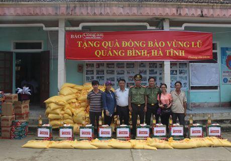 Bao Cong an TP Da Nang tiep tuc hanh trinh cung nguoi dan vung lu (2) - Anh 4