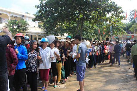 Bao Cong an TP Da Nang tiep tuc hanh trinh cung nguoi dan vung lu (2) - Anh 9