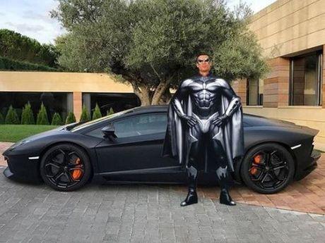 Kho do voi loat anh cham bien Ronaldo ben sieu xe Lamborghini - Anh 2