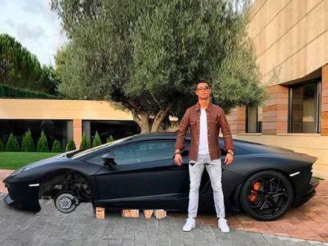 Kho do voi loat anh cham bien Ronaldo ben sieu xe Lamborghini - Anh 3