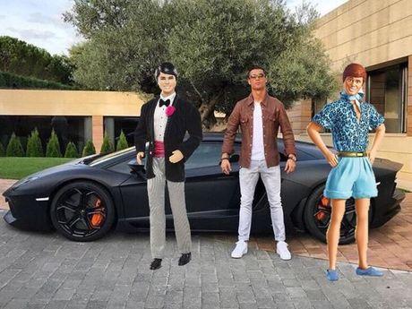 Kho do voi loat anh cham bien Ronaldo ben sieu xe Lamborghini - Anh 5