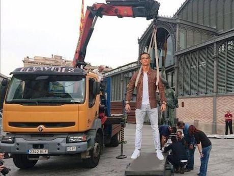 Kho do voi loat anh cham bien Ronaldo ben sieu xe Lamborghini - Anh 7