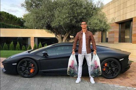 Kho do voi loat anh cham bien Ronaldo ben sieu xe Lamborghini - Anh 8