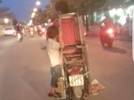 CSGT Ha Noi tim nguoi dan ong cho chau be 'lam xiec' tren xe may - Anh 1