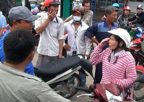 Nguoi phu nu truy duoi cuop tren duong Sai Gon - Anh 1