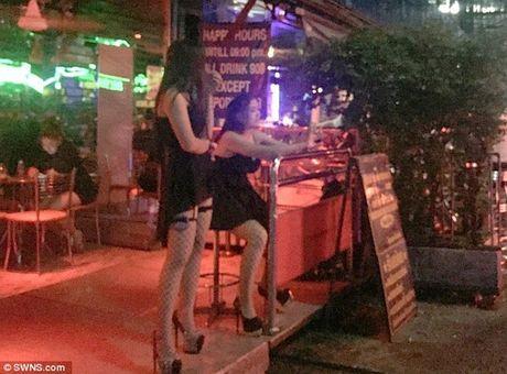 Can canh pho den do o Thai Lan khi mo cua tro lai - Anh 3