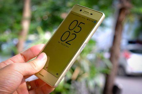 Loat smartphone vua giam gia hang trieu dong - Anh 2