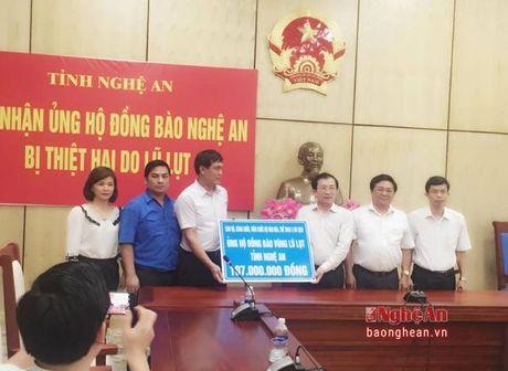 Bo VHTT&DL trao hon 100 trieu dong ung ho dong bao lu lut o Nghe An - Anh 1