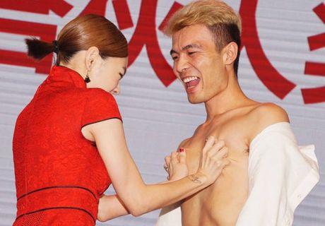 Tieu S gay tranh cai khi so nguc Huynh Hieu Minh, hon moi khach nu trong su kien - Anh 11