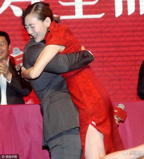 Tieu S gay tranh cai khi so nguc Huynh Hieu Minh, hon moi khach nu trong su kien - Anh 4