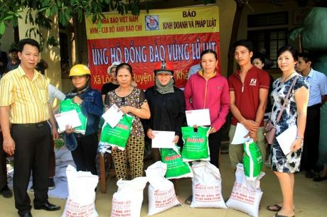 Bao KD&PL trao tan tay 100 suat qua cho nguoi dan vung lu - Anh 1