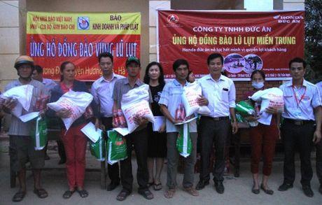 Bao KD&PL trao tan tay 100 suat qua cho nguoi dan vung lu - Anh 2