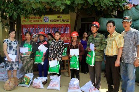 Bao KD&PL trao tan tay 100 suat qua cho nguoi dan vung lu - Anh 3