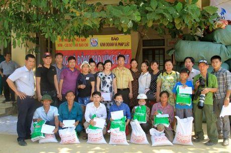 Bao KD&PL trao tan tay 100 suat qua cho nguoi dan vung lu - Anh 4