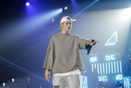 Justin Bieber quang mic, roi san khau khi dang bieu dien - Anh 2