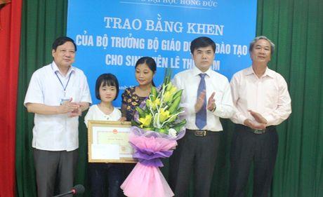 Bo GD&DT tang bang khen vuot kho cho nu sinh khong tay - Anh 1