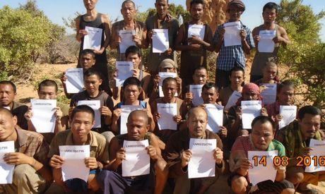 Cuop bien Somali tha 3 thuyen vien Viet: Me gia bac toc cho con - Anh 1