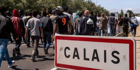 Phap do bo trai Calais, cho hon 6000 nguoi nop don xin ti nan - Anh 1