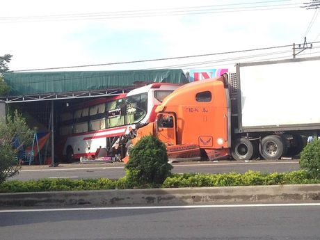 Xe container no lop, dam o to khach vang hang chuc met - Anh 1