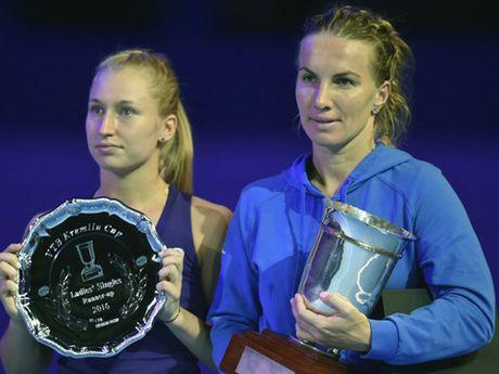 Kuznetsova cat toc... trong luc thi dau de gianh chien thang tai WTA Finals - Anh 2