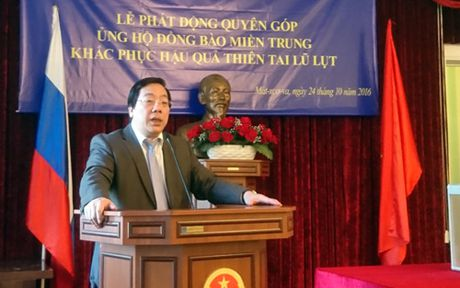 Dai su quan Viet Nam tai Nga quyen gop ung ho dong bao Mien Trung - Anh 1