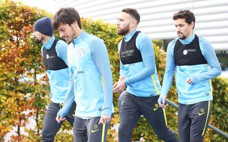 Chim bo cau 'pha dam' Man City truoc them derby Manchester - Anh 7